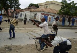 Fighters loyal to Hisbul Islam party take part in a street fight against Somali government forces in Mogadishu July 3, 2009. Heavy fighting in the Somali capital killed at least 20 people on Thursday, the second day of fierce clashes as government forces tried to drive hardline Islamists out of their Mogadishu bases. REUTERS/Omar Faruk (SOMALIA CONFLICT POLITICS RELIGION)